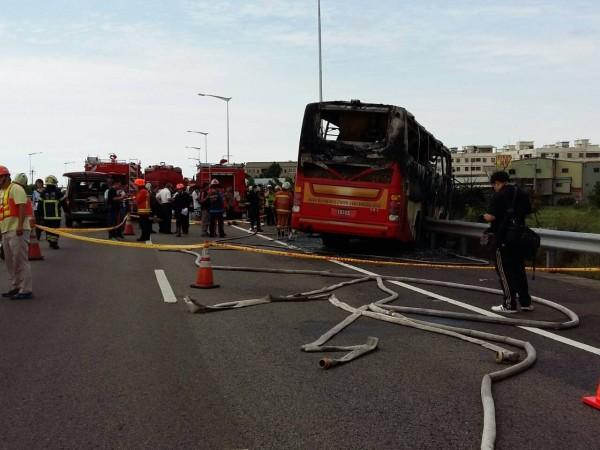 今天下午發生遊覽車撞國道火車燒事件,車上有24名乘客加司機總共26人不幸喪生。據了解,該團為遼寧來的中客團,旅客人數加上領隊總共26人。(記者鄭淑婷攝)