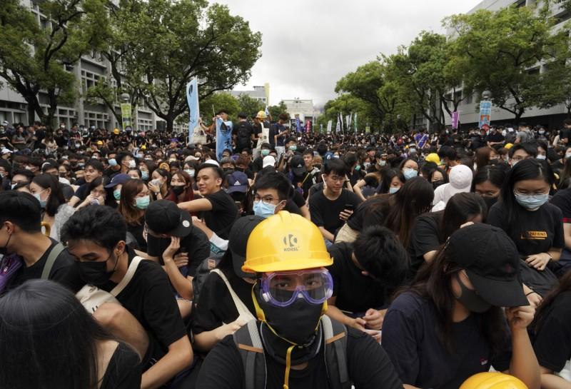 黑色是香港反送中運動的象徵色,元朗有學校傳出禁止學生在「便服日」穿全身黑色,遭質疑打壓自由。(美聯社)