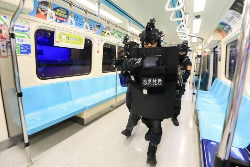 霹靂小組和維安特勤隊於23日凌晨在台北車站進行反恐演練。(圖擷取自NPA署長室)
