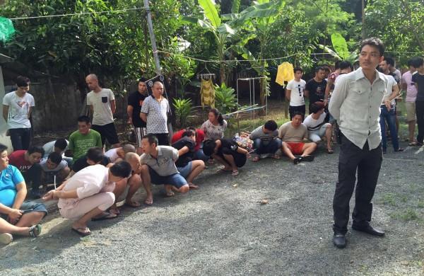 柬埔寨於今年8月30日破獲一起跨國電信詐騙案,總共逮捕64名嫌犯,其中包含13名台灣人。柬埔寨政府今日將涉嫌跨國電信詐騙案的13名台灣人強制遣送到中國,外交部對此深表不滿。(美聯社)