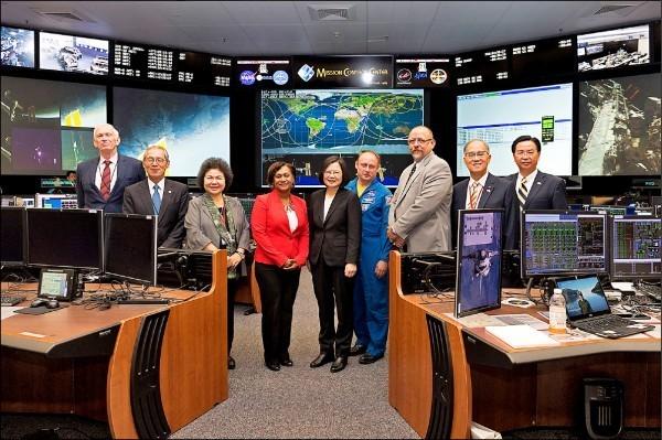 蔡英文總統赴美訪問期間進入美國國家航空暨太空總署詹森太空中心參訪。(總統府提供)