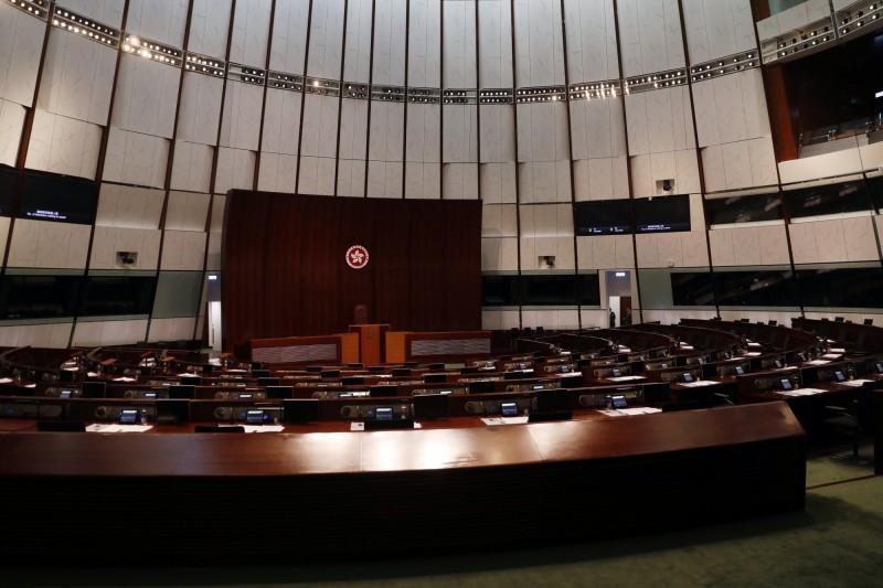 港媒指出,由於立法會外的情況超乎警方預期,最終導致12日會議無法如期舉行。圖為香港立法會內部。(彭博)