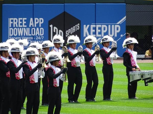 建中樂旗聯隊代表台灣赴美參加2015年「國際鼓號聯盟DCI」勇奪銅牌,還獲邀在美國大聯盟白襪棒球隊主場演奏美國國歌。(圖取自中央社,建中樂旗家長後援會提供)