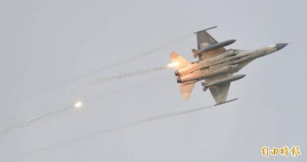 IDF發射熱焰彈。(記者劉信德攝)