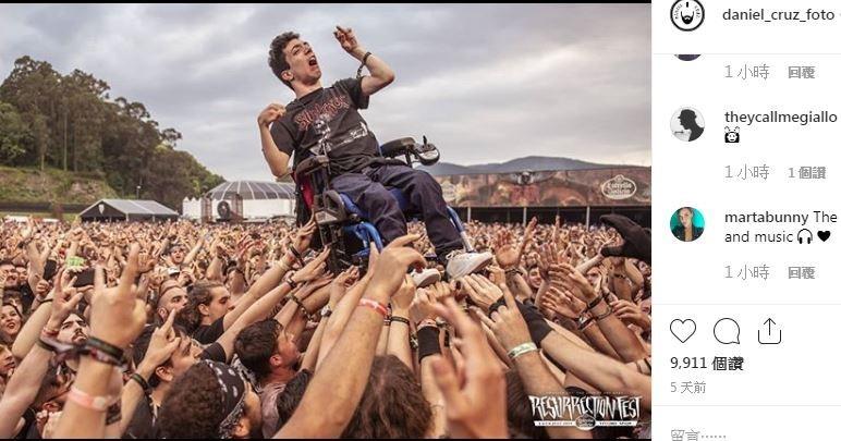 當艾力克斯被眾歌迷抬起時,在場的攝影師丹尼爾(Daniel Cruz)也立刻拿起相機拍下這一瞬間,結果這張照片立刻在推特上被各國媒體、網友瘋狂轉載。(擷取自IG「daniel_cruz_foto」)