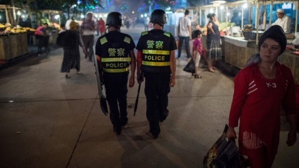 中國新疆當局打壓維族人權,引發國際社會抨擊,圖為巡邏中的中國警察。(法新社)