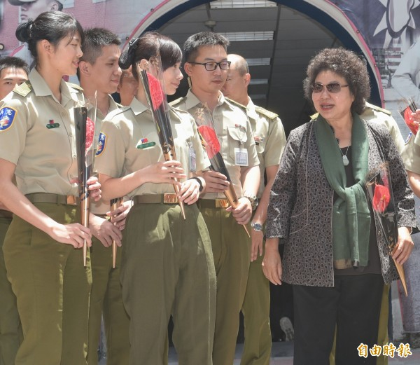 總統府秘書長陳菊10日在母親節前夕,致贈火鶴花慰勞憲兵211營同仁。(記者張嘉明攝)