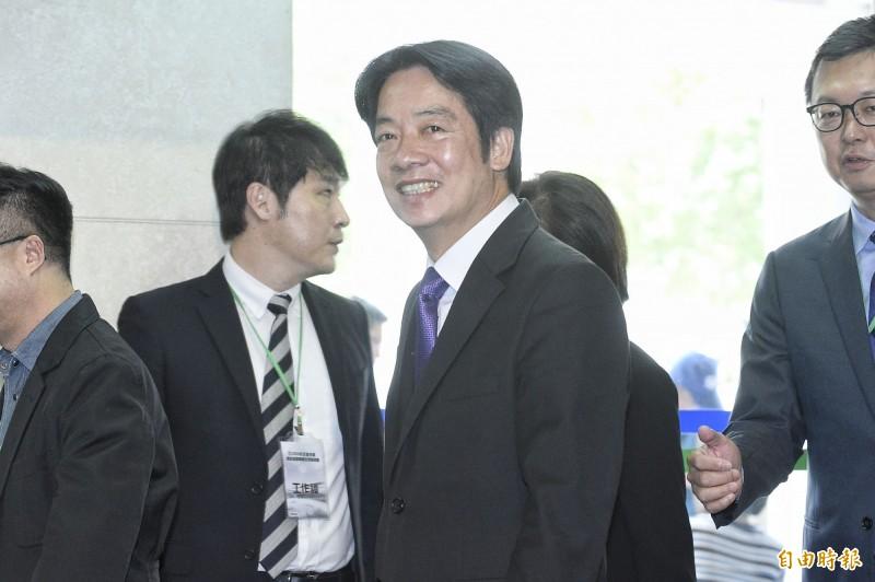 前行政院長賴清德出席民進黨總統初選電視政見發表會,西裝搭配著亮紫色的領帶。(記者陳志曲攝)