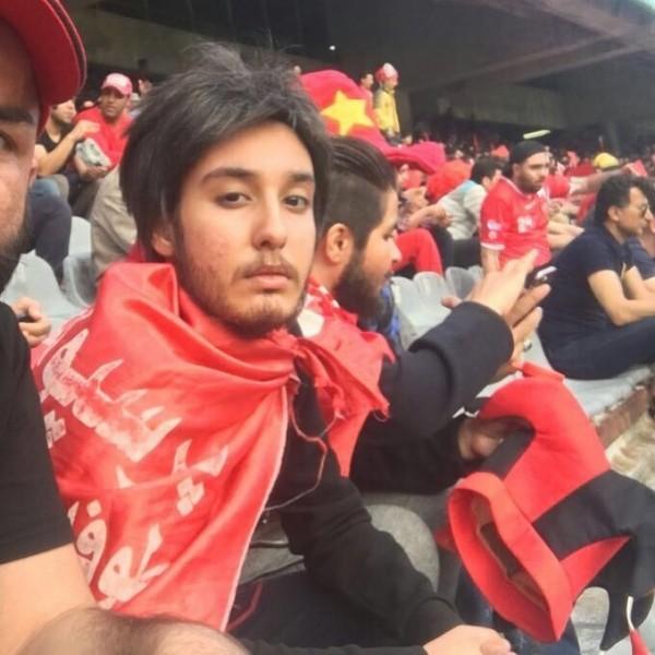 伊朗日前傳出有5名女球迷為了進場觀看冠軍隊柏斯波利斯隊的球賽,不惜女扮男裝,戴上假鬍子,騙過球場門口的保全混入球場。(圖擷取自IG)