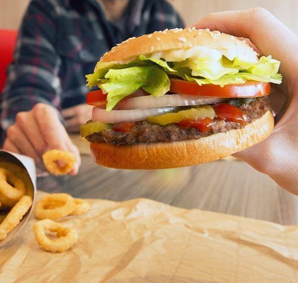 漢堡王在半世紀前就推出的華堡,除了有火烤過的大片牛肉,更有生菜、番茄片、酸黃瓜與洋蔥片等大分量蔬菜。(圖片擷取自Instagram)