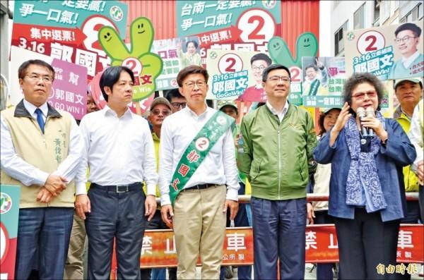 總統府秘書長陳菊(右1)、黨主席卓榮泰(右2)、前閣揆賴清德(左2)、台南市長黃偉哲(左1)等人合體造勢,全力拉抬郭國文(中)。(記者吳俊鋒攝)