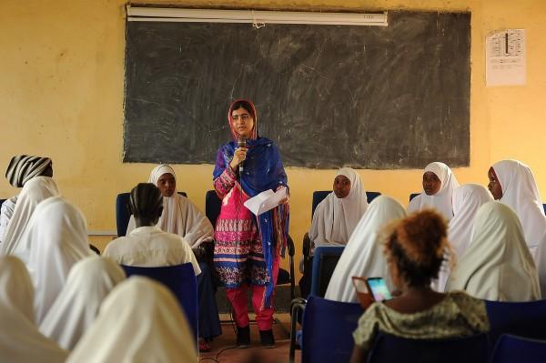 諾貝爾和平獎過去最年輕得主是2014年獲獎的馬拉拉(圖中站立者),當時她17歲。(資料照,法新社)