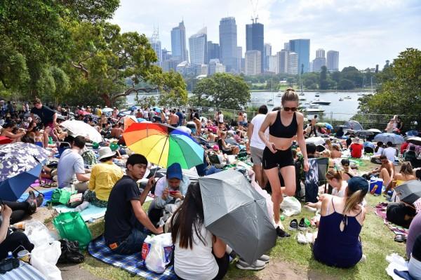 澳洲民眾從下午就開始「卡位」等煙火施放。(歐新社)