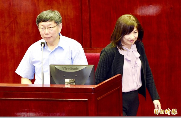 Taipei Mayor Ko Wen-je, left, and Taipei City Government Deputy Secretary-General Lee Wen-ying, a Democratic Progressive Party (DPP) member, are pictured in the Taipei City Council yesterday after Lee tendered her resignation following the DPP's decision to field a candidate for the Taipei mayoral election. Photo: Peter Lo, Taipei Times