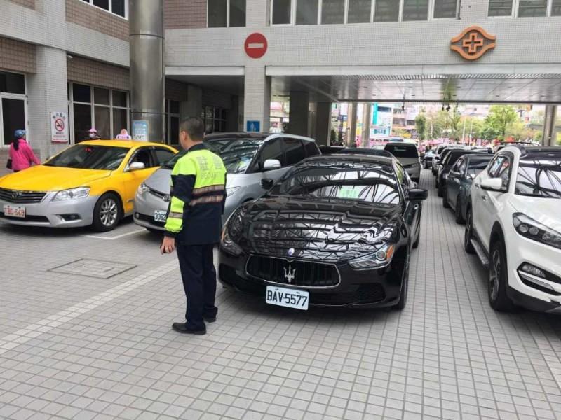 瑪莎拉蒂違規霸占通往急診室的車道,害得後方車輛難以開入,嚴重影響車輛行駛以及救護黃金時間。(圖擷取自臉書社團「爆料公社」)