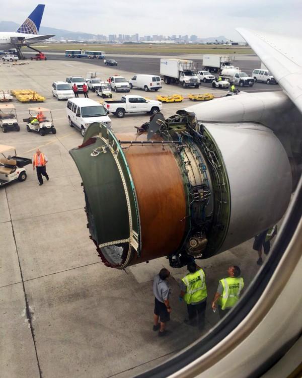 聯合航空一架客機引擎在空中崩解。(美聯社﹚