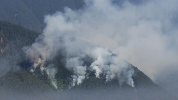 梨山松茂部落上方森林火警延燒面積擴大。(記者李忠憲翻攝,取自雪霸國家公園管理處臉書)