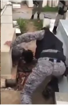 警方合力將受困的男子從墓中拉出。(圖擷自 Amazing Things From Around The World YouTube)