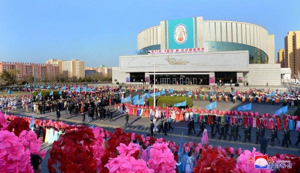 北韓昨(14)日慶祝金日成106歲冥誕,今年以賞花、馬拉松比賽活動為主,改走文藝路線。(路透)
