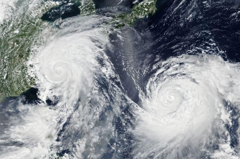 有中國網友建議官方,將「台風」改稱作「中國颱風」或簡稱「中風」。圖為本月9日衛星雲圖中利奇馬(左)與柯羅莎颱風(右)。(歐新社)