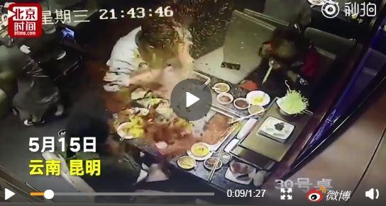 中國一間海底撈日前有客人用餐時意外將打火機掉進火鍋中,造成女服務生幫忙打撈時發生爆炸事故。(圖擷自微博)