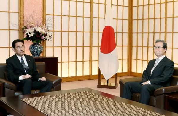 日本外交部9日召見中國駐日大使程永華,雙方會面前日本外交部特意讓程永華「等」了一下,之後日本外相岸田文雄也沒道歉或與程永華握手,現場氣氛十分凝重,顯示日方藉此拉高抗議強度。(法新社)