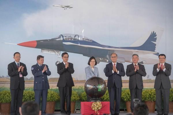 台灣自研自製的新式高級教練機(AJT)今天開始組裝,總統蔡英文也親自前往台中漢翔公司主持開架儀式。(圖擷自蔡英文臉書)