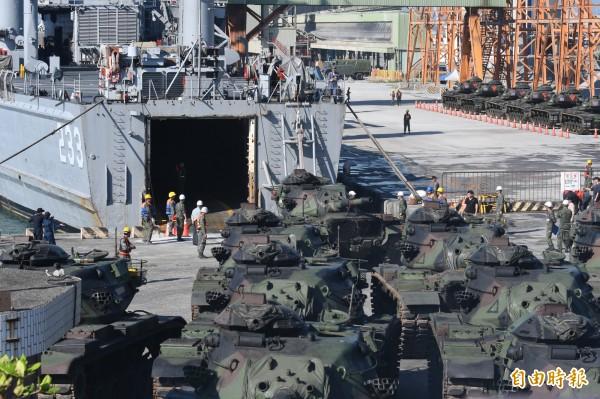 花防部戰車營戰車集結在碼頭旁,準備駛入「中平艦」艙內。(記者游太郎攝)