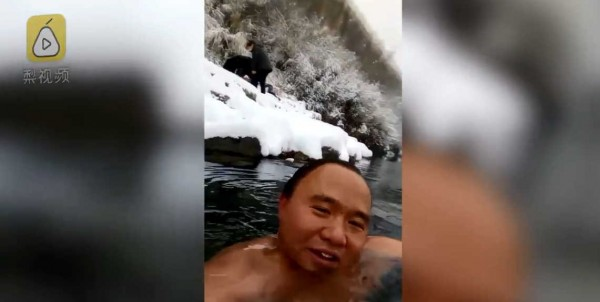 年末的寒流讓各地都迅速降溫,在中國北方更是下起大雪。中國一名男子趁著這場大雪,打著赤膊跳進河裡游泳,並自拍影片說:「大家以為我瘋了」。(翻攝自梨視頻)