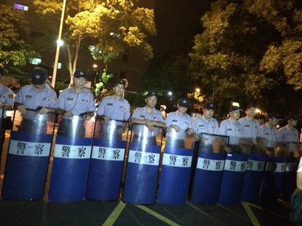警方已在教育部外圍擺開陣勢,與抗議學生僵持。(記者吳政峰翻攝)