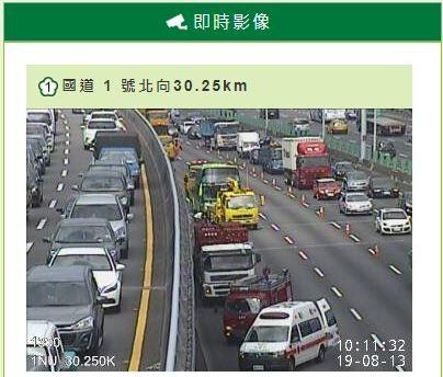 國一五股路段北上約30.25K處,今(13日)早傳出車禍,1輛遊覽車撞拖板車,造成11傷。(國道即時影像)