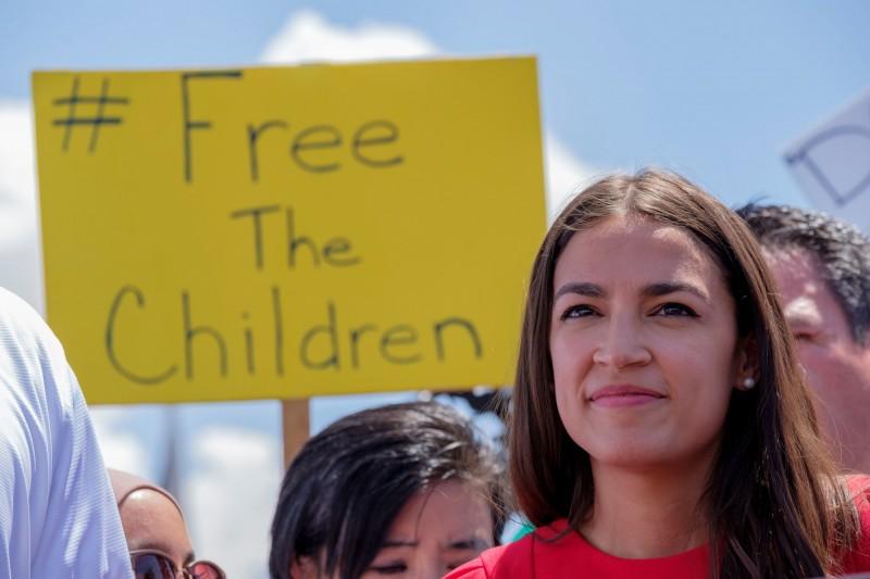 昨(1)日前往探視移民拘留中心的美國民主黨拉丁裔議員奧卡西歐-柯提斯(見圖)也是該社團的嘲諷對象。(法新社)