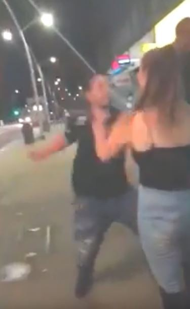 男子兩度揮拳。(圖擷自YouTube)