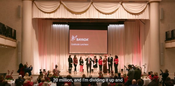 巴亞達家庭醫療保健公司創始人馬克.拜達(中)在餐會宣布,提撥2000萬美元個人財產給員工當感恩節獎金。(圖擷取自BAYADA Home Health Care YouTube)