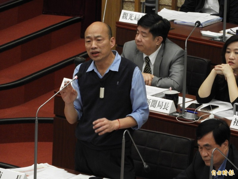韓國瑜動怒說:「康議員質詢語帶嘲諷,什麼叫小抄?」「我為什麼像小學生站在這裡?」(記者葛祐豪攝)