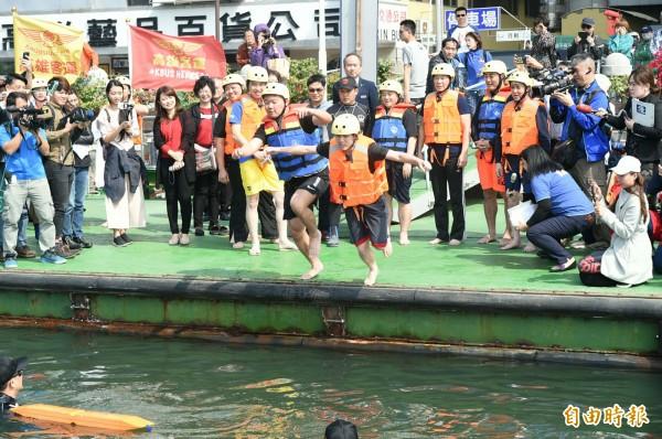 高市觀光局長潘恆旭、台北市議員鍾小平等10人,今中午齊聚愛河畔並分批跳河。(記者張忠義攝)