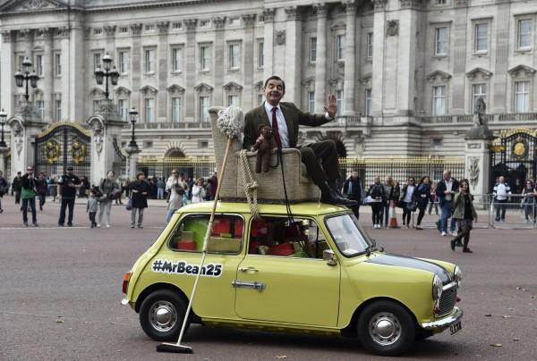 「豆豆先生」昨日和泰迪熊乘車漫遊倫敦,吸引民眾目光。(路透)