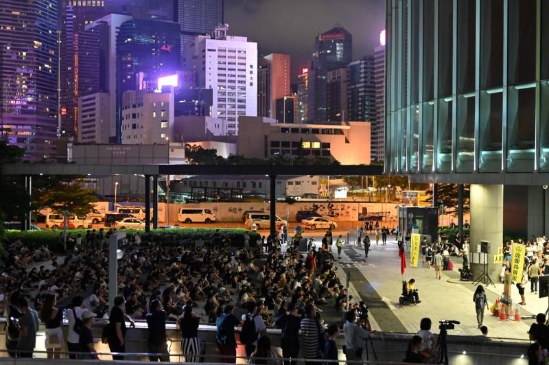 香港民眾昨聚集在立法會外,抗議警方在近日的反送中遊行中不當使用武力,控訴警方濫權。(法新社)