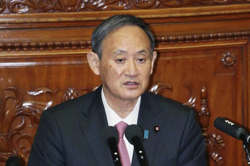 日本首相菅義偉今天在國會答詢時,竟然也引用《鬼滅》的經典台詞「全集中呼吸」,表示他要全力以赴答覆議員的質詢。(美聯社資料照)