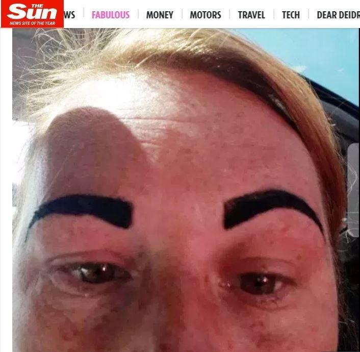 一位英國37歲婦女芮絲到沙龍眉臘美容時,竟被實習美容師紋成「憤怒鳥」,令芮絲當場崩潰痛哭。(圖擷自英國太陽報)