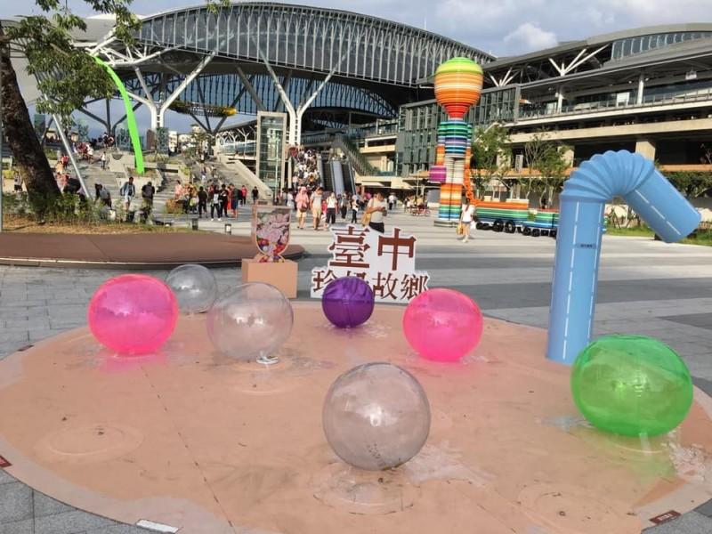 江肇國指出,台中珍奶節活動預算300萬元,卻做出品質不好的裝置藝術。(圖擷取自江肇國臉書)