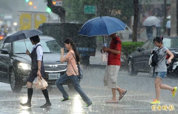 今日隨著鋒面通過,雨區將會擴大,各地轉為有陣雨或雷雨的天氣,由於此波鋒面結構完整,鋒面通過時易有短時強降雨等劇烈天氣出現。(資料照)