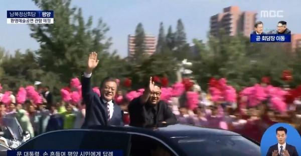 文金兩人都從天窗探出身子向民眾揮手致意。(圖擷自《MBC》YouTube)