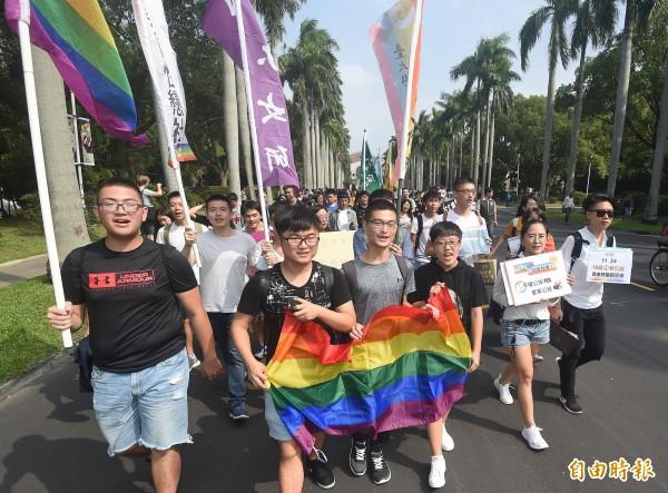 為號召民眾在公投時支持婚姻平權等3提案,挺同團體今與27個本土、跨國企業,以及非營利組織發表聯合聲明,除表態支持婚姻平權,並呼籲各界應重視多元共融的社會才能造就台灣更有競爭力。(資料照)