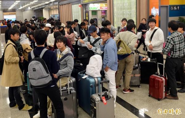 日本人來台旅遊,有25件事讓他們超驚奇。圖為松山機場的日本旅客。(資料照)