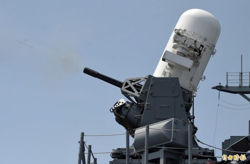 左營艦實施方陣快砲射擊。(記者廖振輝攝)
