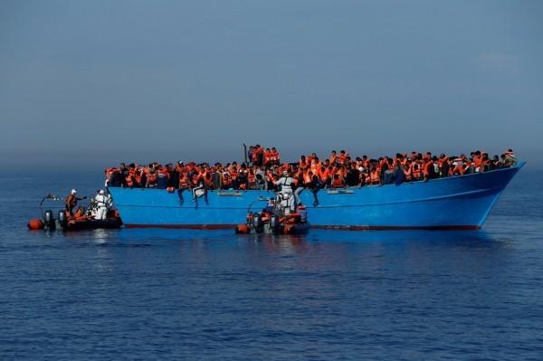 地中海難民問題不斷惡化,船隻翻覆釀多人死亡慘劇時有所聞,此為難民船示意圖。(路透)