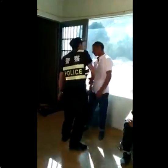 有民眾日前在推特PO出一段影片,爆料維族警察對同族男子暴力相向,賞了他好幾個巴掌。(圖擷取自推特)