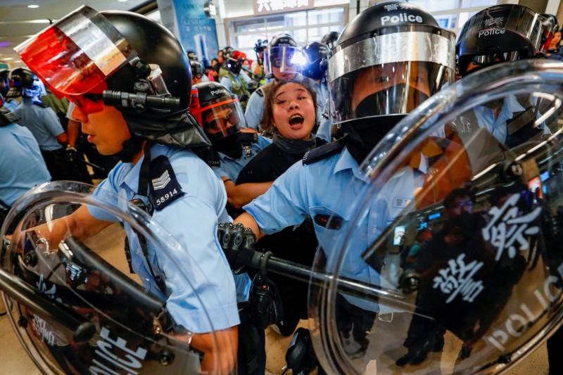 美���⒈��稍旱耐饨晃��T��25日分�e通�^「香港人�嗯c民主法案」,要求美����y每年�c名侵犯香港人�嗟娜耸浚��K透�^�鼋Y�Y�a、撤�N��C等手段制裁他��。(路透�Y料照)