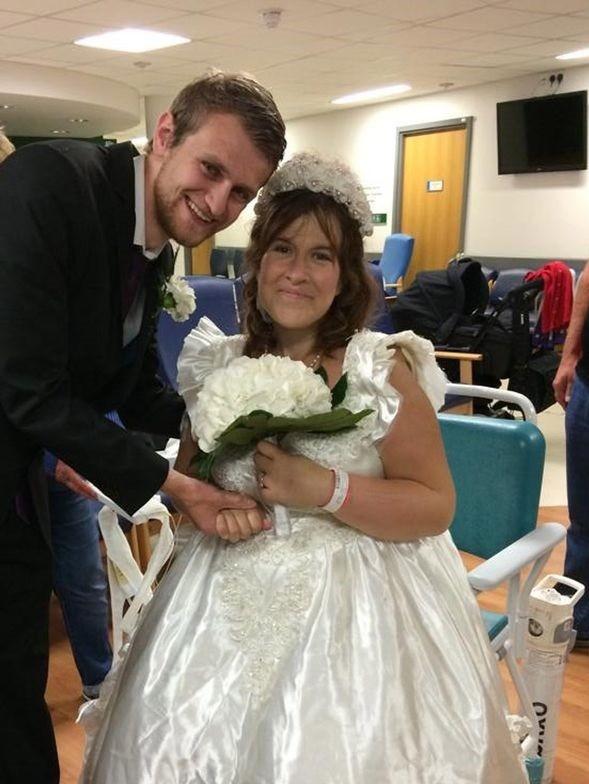「接下來的日子我會牽著她一起走過。」傑克把醫院打造成婚禮現場,和蜜雪兒當場甜蜜完婚,2人的真愛讓眾人感動不已。(圖片擷取自鏡報)